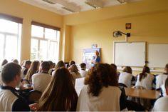 Adwokaci z poczuciem misji. Jako wolontariusze uczą podstaw prawa pomorską młodzież, a także seniorów. W szkołach padają pytania m.in. o zamieszczanie zdjęć na portalach społecznościowych i jak się zachować gdy zatrzyma nas policja. Seniorów bardziej interesuje prawo spadkowe. #adwokat #edukacja #Gdańsk