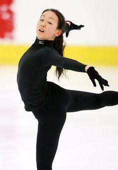 Hanyu Yuzuru, Female Athletes, Figure Skating, Yoga Pants, Skate, Asian, In This Moment, Poses, Legs