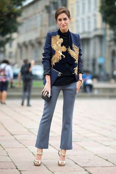 Gala Gonzalez usa blazer estampado azul marinho com calça cropped flare cinza