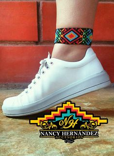 Tobillera en Mostacilla checa #accesorios #mostacillas #bisuteria #hechoconamor #tobilleras Beaded Earrings Patterns, Bracelet Patterns, Beaded Jewelry, Grateful Dead Tattoo, Native American Beadwork, Loom Patterns, High Top Sneakers, Traditional, Beads