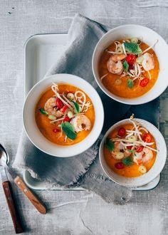 Hartverwarmende soep! Deze zoete aardappelsoep met wortel heeft een Aziatische tintje! Met gember, rode peper, gebakken garnalen en knapperige taugé.
