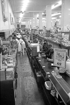 The longest lunch counter in the world was located at Woolworth's, 431 South Broadway, Los Angeles. Restaurant Montreal, Photo Restaurant, Of Montreal, Vintage Pictures, Old Pictures, Old Photos, Photo Vintage, Vintage Ads, Vintage Style