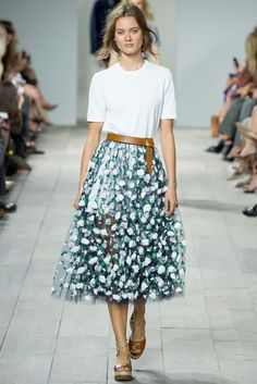 See all the Collection photos from Michael Kors Spring/Summer 2015 Ready-To-Wear now on British Vogue 2015 Fashion Trends, Spring 2015 Fashion, Fashion Week, New York Fashion, Look Fashion, Runway Fashion, Fashion Models, High Fashion, Fashion Show