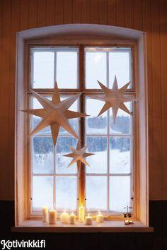 Kotivinkin ohjeilla teet joulutähden paperista. Askartele ohjeen avulla erikokoisia joulutähtiä ja ripusta ne ikkunaan tuomaan joulutunnelmaa.