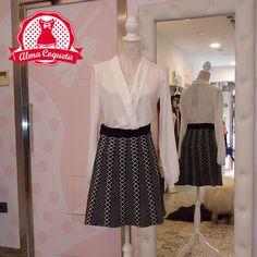 Falda con vuelo alta de cintura de algodón en color negro con estampado de…