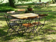 Tisch und Stühle im Sonnenlicht in der Senne bei Bielefeld am Teutoburger Wald in Ostwestfalen-Lippe