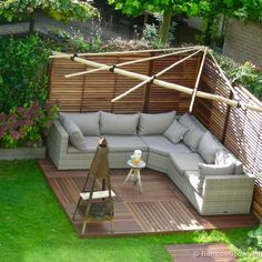 Bamboe zithoek Corner Pergola, Pergola Shade, Curved Patio, Home Grown Vegetables, Outdoor Living, Outdoor Decor, Garden Structures, Back Gardens, Garden Projects