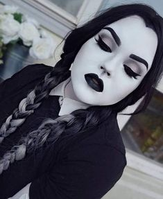 Looking for for inspiration for your Halloween make-up? Browse around this website for scary Halloween makeup looks. Maquillage Halloween Clown, Visage Halloween, Cute Halloween Makeup, Last Halloween, Halloween Tags, Halloween Makeup Looks, Costume Halloween, Halloween Costumes Women Scary, Horror Costume