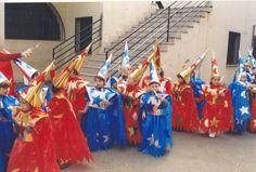 Wizard con bolsa roja y azul de plástico http://www.multipapel.com/producto-Bolsas-de-basura-de-colores-para-disfraces.htm