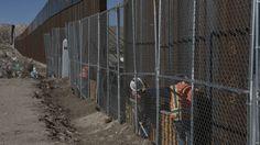 Des ouvriers travaillent sur les barrières entre les Etats-Unis et le Mexique près de la ville d'Anapra, au Nouveau Mexique, États-Unis, le 25 janvier 2017.