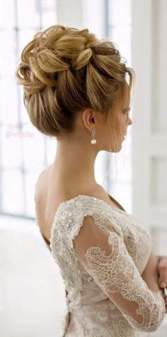 Wedding hairstyle idea via Elstile / http://www.deerpearlflowers.com/26-perfect-wedding-hairstyles-with-glam/