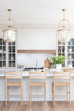 6 Tips for Creating Welcoming Guest Spaces Extension Dining Table, Oak Dining Table, Dining Nook, Kitchen Dining, Modern Farmhouse Kitchens, Home Kitchens, Beach Kitchens, Dream Kitchens, Kitchen Room Design