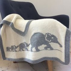Elephant family blanket English pattern Tuto français baby blanket knit crib bedding bassinet blanket blanket pattern knit for baby Knitted Afghans, Knitted Baby Blankets, Baby Blanket Crochet, Crochet Baby, Knitting For Kids, Baby Knitting Patterns, Baby Patterns, Crochet Patterns, Crochet Elephant Pattern