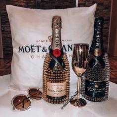 Liquor Bottle Crafts, Custom Wine Bottles, Liquor Bottles, Glitter Projects, Diy Craft Projects, Bedazzled Bottle, Valentines Gift Box, New Business Ideas, Moet Chandon