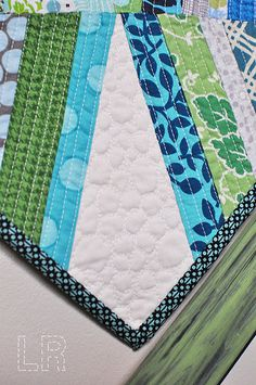 Strips are Straight line quilted and white is pebble quilted - Nice Quilting Blogs, Machine Quilting Designs, Longarm Quilting, Free Motion Quilting, Quilting Tutorials, Quilting Projects, Sewing Projects, Quilting Ideas, Quilt Corners
