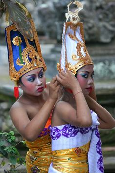 Women prepare themselves for a festival in Ubud, Bali. INDONESIA