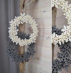 Boże Narodzenie - dekoracje-wieniec z kremowymi filcowymi śnieżynkami