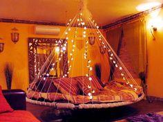 lit suspendu rond de design élégant décoré de guirlandes lumineuses