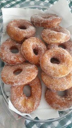 Ciambelle Bimby, ecco come preparare delle deliziose ciambelle Bimby, le classiche ciambelle zuccherate che si trovano al bar! Ingredienti: 370 gr di farina...