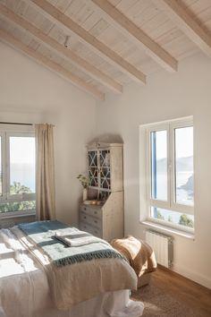 DORMITORIO · REFORMA Y DECORACIÓN, NATALIA ZUBIZARRETA INTERIORISMO. Aprovechando la estructura del edificio, creamos la distribución de la casa, la cubierta, los forjados y le dimos a la vivienda terrazas y un porche desde el que disfruta de unas magníficas vistas al mar. Se trata de una reforma integral realizada en Tazones, Asturias, que hizo que nos trasladáramos para ofrecer un servicio de interiorismo completo, a distancia. Bed, Furniture, Home Decor, Wood Ceilings, Ocean Views, Houses, Distance, Cozy, Decks