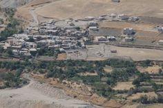"""Mardin Muzesi - 1942Hasankeyf Kazısı: Hasankeyf Batman il merkezine 37 km uzaklıkta yer alır. Raman dağlarının güney eteklerinde, Dicle nehrinin iki yakasına kurulmuştur. Kayalara oyulmuş mağra şeklindeki binlerce konutu nedeniyle, """"Mağralar Şehri"""" yada  """"Kayalar Kenti"""" anlamına Arapça ve Süryanice """"Hısnı Keyfa"""" denilmiştir."""