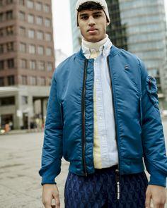 Eine coole Jogginghose eignet sich perfekt als It-Piece für den Streetstyle-Look. Kombiniert dazu einfach einen Rollkragenpullover und ein cooles Hemd. Damit der Look auch an kühleren Tagen getragen werden kann, vervollständigt den Look mit einer Übergangsjacke. Adidas Originals, The Originals, Sport Pants, Marines, Bomber Jacket, Monogram, Sports, Men, Fashion