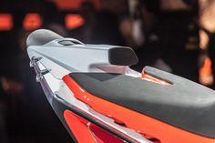 KTM 790 Duke Prototype Motorrad Fotos & Motorrad Bilder. Die Duke Palette ist die größte Naked Bike-Modellfamile der Welt. KTM bietet mittlerweile praktisch in jeder Hubraumklasse eine Duke an. Bald kommt noch ein Familienmitglied dazu, die KTM 790 Duke. Sie wird nicht von einem V2 oder Einzylinder angetrieben, sondern von einem Reihenzweizylinder. Der Prototyp sieht extrem aus, aber wie wir die Mattighofener kennen, wird das Serienmodell nicht weit davon entfernt sein. Die 790 Duke…