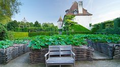 10 secrets pour une ambiance médiévale dans le jardin // http://www.deco.fr/diaporama/photo-secrets-de-beaux-jardins-ambiance-medievale-au-jardin-67354/prieure-notre-dame-d-orsan-950918/ #jardin