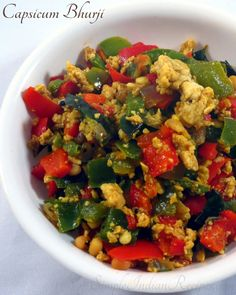 Easy Indian Recipes, Ethnic Recipes, Egg Bhurji, Green Capsicum, Vegetarian Side Dishes, Curry Leaves, Scrambled Eggs, Different Recipes, Tasty