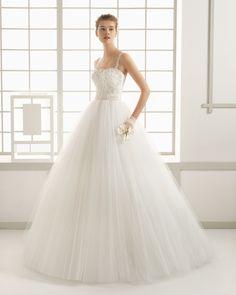 DÉDALO vestido de novia con cuerpo de tul bordado pedrería y falda de tul.