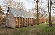 オランダ ユトレヒトの木々の中に建っているのは、オランダの建築事務所Zecc ArchitectenとインテリアデザイナーRoel van Norelのコラボレーションによって生まれたスモールハウスだ