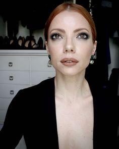 Julia Petit olhos verdes e boca nude e rabo baixo