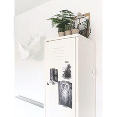 Lockerkast, plant, cactusjes, printjes van pinterest van olifantjes in zwart wit en een vouwneushoorn van assembli. IG @mmmmmmanon