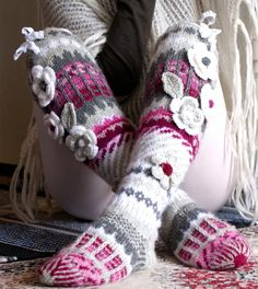 Irish lace, crochet, crochet patterns, clothing and decorations for the house, crocheted. Crochet Socks Pattern, Crochet Slippers, Crochet Patterns, Easy Knitting, Knitting Socks, Loom Knitting, Freeform Crochet, Irish Crochet, Crochet Lace