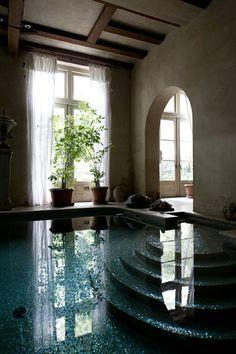 Ein Swimmingpool am Kanal: Im Laufe der Jahrhunderte wurden die Häuser immer wieder verändert und umgebaut.