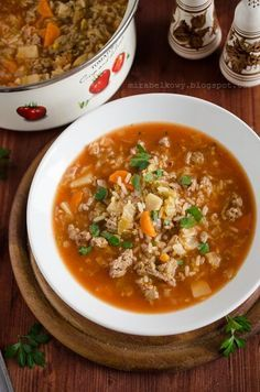 Zupa gołąbkowa powinna posmakować wszystkim zwolennikom sycących, mięsnych zup oraz... gołąbków, oczywiście. Połączenie kapusty, mięsa i ryż...