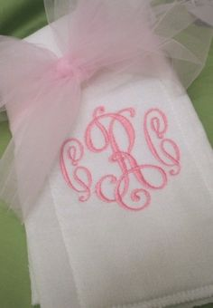 Simple and elegant burp cloth. Baby Applique, Embroidery Monogram, Embroidery Designs, Baby Girl Embroidery Ideas, Burp Cloth Tutorial, Burp Rags, Machine Embroidery Projects, Baby Burp Cloths, Baby Bows