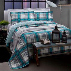 Para homens, a estampa da colcha costuma ser um dilema. Nesse caso em que ela é quadriculada e com tons de azul a cama ficou super neutra e dá pra dividir com o casal sem problema algum! :)