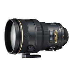 AF-S NIKKOR 200mm F2G ED VRII  Teleobjetivo profesional con un diafragma f/2 rápido diseñado para su uso con las SLR de formato FX de Nikon. Incorpora el sistema de reducción de la vibración de segunda generación de Nikon para lograr una imagen excepcionalmente fija, incluso en condiciones de escasa iluminación. El revestimiento de nanocristal reduce las imágenes fantasma y los brillos, y el diafragma circular de 9 láminas permite un efecto bokeh muy suave.