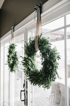 2015 Holiday Home Tour - Suburban Bees Cozy Christmas, Modern Christmas, Christmas Holidays, Christmas Wreaths, Country Christmas Decorations, Xmas Decorations, Holiday Decorating, Boxwood Wreath, Diy Weihnachten