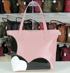 9ddc51645 As bolsas são confeccionadas em Couro Sintético Laminado e Dublado de  Qualidade Superior. Peça robusta