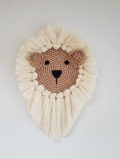 Een stoere maar toch lieve leeuw wandhanger. Staat tof in elke kinderkamer! Macrame Design, Macrame Art, Macrame Projects, Macrame Knots, Crochet Toys, Crochet Baby, Crochet Lion, Macrame Patterns, Crochet Patterns