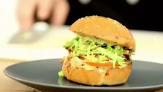 Adepte de voyage gustative, vous n'hésitez pas à mettre les petits plats dans les grands ? Préparez-vous pour une destination aux États-Unis avec une virée en Thaïlande. Eh oui, c'est possible, du moins en ce qui concerne nos papilles. Ruben Hayoun, chef chez Deli'Street (http://www.delistreet.fr/), vous emmène à la découverte du burger au poulet thaï. Cette recette va simplement vous faire fondre de plaisir. Notre spécialiste des burgers et des sandwichs vous guide pas à pas en vidéo…