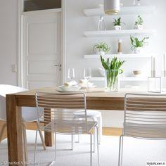 skandinaavinen,valkoinen,ruokapöytä,maljakko,astiat Bertoia, Hay Chair, Home Interior, Interior Design, Kitchen Dining, Dining Room, Dinner Table, Furniture Decor, Dining Chairs