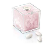 Cubo degustazione femminuccia 8x8 cm in plexiglass con placca in argento e una confezione da 150 gr di confetti.