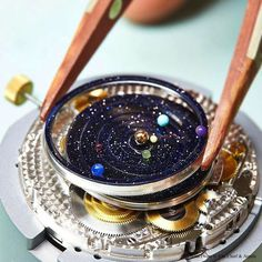Un reloj que es un microcosmos del sistema solar en la muñeca