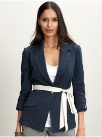 Love the dark blazer with the contrast belt, ceo gal