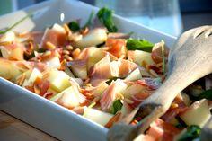 Se hvordan du laver en super lækker italiensk salat med melon, parmaskinke og pinjekerner. Salaten er god som forret eller tilbehør. Italiensk salat med melon, parmaskinke og pinjekerner kan hurtigt blive din nye favoritsalat. Dels fordi den