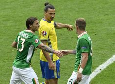 Sweden's forward Zlatan Ibrahimovic (C) discusses with Ireland's midfielder Jeffrey Hendrick (L) and Ireland's midfielder Glenn Whelan during the Euro 2016 group E football match between Ireland and Sweden at the Stade de France stadium in Saint-Denis on June 13, 2016. / AFP / PHILIPPE LOPEZ