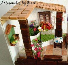 """Mini cenário em mdf, trabalho artesanal, peça única e exclusiva. Medidas 15x15x15. Frete grátis para todo o Brasil.Esse cenário foi produzido com capricho e esmero. Telhado charmoso, porta em resina, um mini jardim, janela vistosa e muitos outros mínimos detalhes como o cãozinho na porta, o pássaro, a cadeira com almofada, a pia em resina, o piso imitando lajotas, o poste no meio do jardim, o vaso com plantas, o banco de madeira, , a cerquinha, e os tapetes em """"crochê"""". Tenha certeza de uma…"""